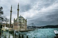 Απο την Πόλη των πόλεων, την Κωσταντινούπολη, καλή εβδομάδα. Στην περιοχή Ορτακόι (Ortakoy),που βρίσκεται στο Ευρωπαικό κομμάτι της Τουρκίας, μπορεί κανείς να κάνει τα Κυριακάτικα ψώνια του σε ένα παζάρι που στήνουν μικροπωλητές και να απολαύσει την κακοκαιρία ή τη λιακάδα στα καφέ της πλατείας, πάντα κατώ απο τη σκιά των μιναρέδων του τζαμιού και της γέφυρας του Βοσπόρου που ενώνει το Ασιατικό με το Ευρωπαικό κομμάτι της Πόλης.
