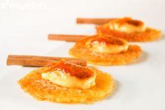 Mordisco de crema catalana especiada sobre teja de naranja
