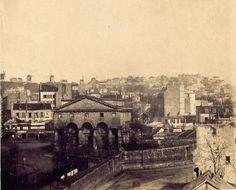 La barrière de Clichy et le mur des fermiers généraux, pris en 1859 depuis le boulevard des Batignolles. Les moulins de Montmartre sont encore présents, comme des sentinelles...  La maison d'octroi de la barrière de Clichy (au 1er plan) sera démolie en 1860, avec la disparition de la commune de Batignolles-Monceau, dont une partie sera rattachée à Paris, et l'autre à Clichy.  Photographie de Gustave Le Gray, depuis son atelier. (Source Gallica)