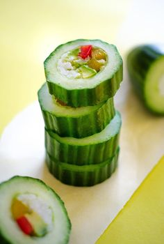 This healthy cucumber sushi roll recipe is an easy and refreshing way to enjoy sushi, without all the hassle! Complete with a spicy sriracha mayo sauce. Sushi Restaurants, Healthy Recipe Videos, Healthy Recipes, Raw Recipes, Sushi Vegetariano, Cucumber Sushi Rolls, Sushi Roll Recipes, Veggie Sushi, Sushi Sushi