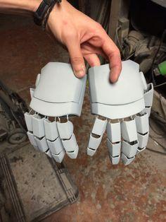 Iron man hands for cyrax i made using robo files in pepakura Halo Cosplay, Iron Man Cosplay, Fnaf Cosplay, Cosplay Diy, Cosplay Outfits, Best Cosplay, Iron Man Suit, Iron Man Armor, Pepakura Helmet