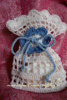sacchettino,bomboniera,uncinetto,schema Granny Square Häkelanleitung, Granny Square Crochet Pattern, Crochet Stitches Patterns, Crochet Sachet, Crochet Gifts, Crochet Doilies, Filet Crochet, Knit Crochet, Confection Au Crochet