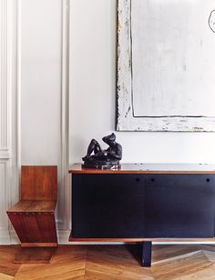 This Barcelona apartment with its French inspired feel is full of pieces by designers that we all know. Prouvé, Mouille and Perriand just to name a few. Charlotte Perriand, Home Living, Living Room Decor, Dining Room, Interior Architecture, Interior And Exterior, High Design, Serge Mouille, Barcelona Apartment