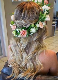 28 Trendy Wedding Hairstyles for Chic Brides Soft Waves + Flower Crown = Gorgeous Bridal Half Updo New Bridal Hairstyle, Flower Crown Hairstyle, Best Wedding Hairstyles, Crown Hairstyles, Bride Hairstyles, Pretty Hairstyles, Hairstyles With Flower Crown, Beach Hairstyles, Crown Flower