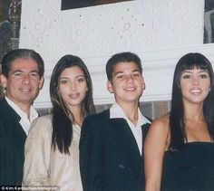 Robert Kardashian, Kim Kardashian, Rob Kardashian, and Kourtney Kardashian. Kourtney Kardashian, Kim Kardashian Joven, Robert Kardashian Senior, Familia Kardashian, Kim And Kourtney, Kardashian Family, Kardashian Jenner, Kris Jenner, Kendall Jenner