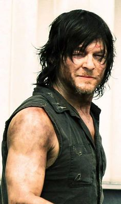 Daryl Dixon of The Walking Dead. This is a great on-the-set photo of Norman Reedus. Daryl Dixon Walking Dead, Walking Dead Season, Fear The Walking Dead, The Boondock Saints, Norman Reedus, Daryl Dies, Slash, Dead Zombie, Hollywood