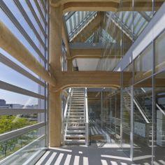 日本建築師坂茂 擅長使用自然素材的日本建築師坂茂,近期在瑞士蘇黎世完成一棟「全木造」大樓,不但成為他個人的里程碑,也曾在當地造成不小的轟動和話題。由於搭建的方式完全不使用任何釘、鉚和黏膠,單靠著精準純熟的木楯接合工法,就撐起整棟高達 7 層的大樓;而活動式玻璃帷幕的覆蓋,則讓木造建築頓時增添了輕盈感,還方便高樓層隨時能吹到自然風呢!