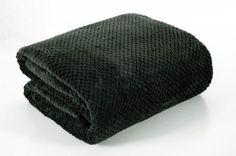 Tmavozelená deka Ricky je dostupná v dvoch rozmeroch: 70x140 alebo 170x210 cm.