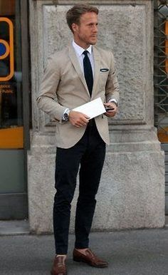 A beige blazer and navy chinos are the kind of a never-failing outfit that you so terribly need when you have zero time. To add some extra definition to this ensemble, complement your outfit with brown leather loafers. Blazer Beige, Camel Blazer, Cream Blazer, Light Blue Dress Shirt, Moda Blog, Look Man, La Mode Masculine, Herren Outfit, Sharp Dressed Man
