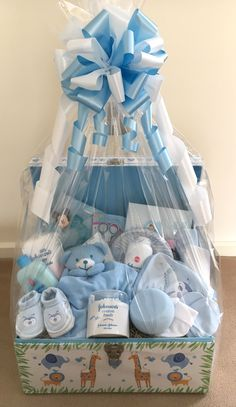 Beautiful Baby Gift Baskets design and make a gorgeous selection of gift baskets /hampers to celebrate the birth of a baby. Distintivos Baby Shower, Baby Shower Crafts, Baby Shower Gift Basket, Girl Baby Shower Decorations, Baby Shower Balloons, Baby Decor, Baby Shower Parties, Baby Boy Gift Baskets, Baby Gift Hampers