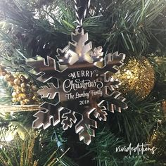 Personalized Family Name Snowflake Christmas Ornament, Acrylic Christmas Crafts For Gifts, Personalized Christmas Ornaments, Perfect Christmas Gifts, Christmas Projects, Christmas Decorations, Christmas Gift Inspiration, How To Make Ornaments, Ornaments Ideas, Merry Christmas Card