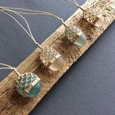 A beautiful way to turn these sea glasses into jewelry.- Eine schöne Art, diese Seebrille in Schmuck zu verwandeln. m … – DIY J… A beautiful way to turn these sea glasses into jewelry. m … – DIY Jewelry Making – - Macrame Colar, Micro Macrame, Macrame Jewelry, Crochet Wire Jewelry, Crochet Bracelet, Macrame Knots, Diy Schmuck, Schmuck Design, Sea Glass Necklace