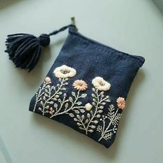 ✂️✂️✂️ Small wallet with hand-sewn embroidery . - handicrafts simple - ✂️✂️✂️ Small wallet with hand-sewn embroidery …… - Embroidery Bags, Embroidery Stitches, Embroidery Patterns, Bag Patterns, Embroidery On Denim, Embroidery Fashion, Floral Embroidery, Diy Broderie, Small Wallet