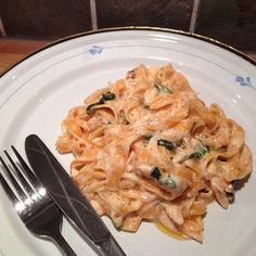 Fresh pasta, salmon fillet, olive oil, baby spinach, lemon, white wine, salt, pepper, cheese (västerbotten) and creme fraiche