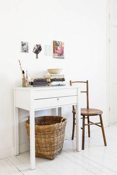 Makuuhuoneessa oleva pikkupöytä on pariskunnan työpöytä. Seinälle on aseteltu inspiroivia kuvia, koira-aiheinen valokuvateos on hankittu Berliinistä.