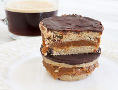 These espresso caramel cookie dough cups are naturally sweet, gluten free and vegan. The raw cookie is sandwiched with the most delicious thick caramel. Vegan Gluten Free Desserts, Vegan Treats, Yummy Treats, Vegan Food, Raw Cookie Dough, Cookie Dough Recipes, Caramel Cookies, Salted Chocolate, Healthy Sweets