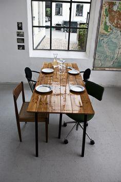 Bord af lakerede gulvbrædder. Fra genbygdesign.dk