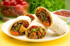 Buritto z warzywami po meksykańsku Fresh Rolls, Tacos, Mexican, Ethnic Recipes, Food, Essen, Meals, Yemek, Mexicans