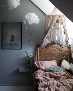 How pretty is this little girl's room by 👈🏻 Midnatt Wilted Organic single duvet available online 💕 . Kids Bedroom Sets, Baby Bedroom, Childrens Bedroom, Kid Bedrooms, Vintage Girls Bedrooms, Bedroom Furniture, Bedroom Decor, Wall Decor, Wall Art