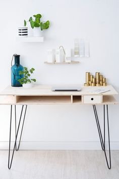DIY: Schreibtisch mit Hairpin Legs An answer to DIY: desk with hairpin legs Related posts: DIY Truss Desk – Kostenlose Pläne study Desk Ideas DIY stained wood desk DIY project: Building a desk yourself – 25 inspiring examples and ideas Diy Office Desk, Diy Computer Desk, Diy Desk, Office Decor, Closet Office, Office Themes, Office Table, Office Organization, Office Ideas