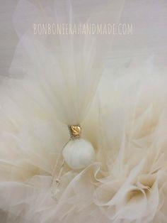 Μπομπονιέρα γάμου με διπλό τούλι (λευκό & χρώμα της άμμου), κορδόνι και κομψό διακοσμητικό χρυσό μεταλλικό φυλλαράκι - Bonboniera Handmade Pearl Earrings, Pearls, Jewelry, Pearl Studs, Jewels, Schmuck, Jewerly, Beaded Earrings, Beading