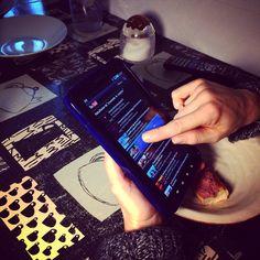 #tablet la obsesión de los #crios #kids # youngboy por la #multimedia #youtube Mamá no me carga esté #video by #simbiosc #simbiosctv