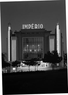Restos de Colecção: Cinema Império - I can't stop staring at thie beautiful old art deco place, it's so grand and imposing, in the best possible way! Building Exterior, Building Design, Pompeii, Luxor, Empire Movie, Utopia Dystopia, Places In Portugal, Statues, Classic Building