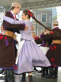 Regional costumes from Zamość, Poland [source].