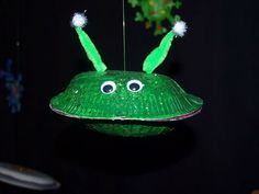 This fun and simple paper plate alien spaceship craft would grab every kids' attention. Outer Space Crafts, Space Crafts For Kids, Outer Space Theme, Kids Crafts, Arts And Crafts, Spaceship Craft, Alien Spaceship, Space Activities, Craft Activities