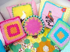 värikkäitä tyynyjä.  Lintutyynyjen kuvat Ikean kankaasta.