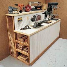 Esta é uma excelente maneira de armazenar madeira e ferramentas no mesmo espaço! Podemos estar usando alguma versão deste em nossa própria organização garagem! E pegboard ao longo de toda a frente, grandes idéias!
