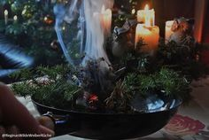 Räucherungen mit Kräutern, Harzen und Hölzern im und um das Haus sind wohltuend, reinigend, schützende und klärend! Für mich ein besonders belebendes und befreiendes Ritual in den Rauhnächten! Reginas Wilde Weiber Küche