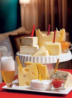Os nomes dos vários queijos são   marcados em palitos coloridos