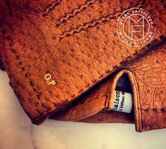 Pose des initiales à l'or fin 22 carats Maison Fabre gants gloves