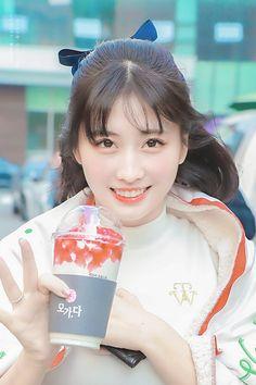 Momoring 💛 Cre : twice is life (fb) Kpop Girl Groups, Korean Girl Groups, Kpop Girls, Extended Play, Seulgi, I Fancy You, Sana Momo, Im Nayeon, Hirai Momo