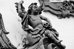 As 100 Sacras: Dia 47 - Anjo segurando um crânio na fachada da igreja de São Francisco em São João del-Rei, Minas Gerais