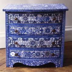Broken plate mosaic chest by Véronique Coty, Loire, France. Tile Crafts, Mosaic Crafts, Mosaic Projects, Mosaic Art, Mosaic Glass, Mosaic Tiles, Glass Art, Stained Glass, Broken Dresser
