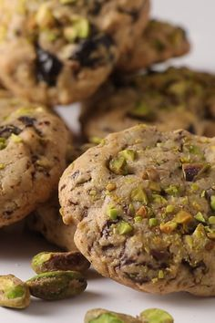 I just made these pistachio cherry cookies for a friend and she loved them! A bit of chocolate with the pistachios and cherries makes them taste amazing! Cookies Receta, Gourmet Cookies, Yummy Cookies, Pistachio Recipes, Pistachio Cookies, Pistachio Dessert, Chocolate Cherry Cookies, Chocolate Chip Recipes, Fun Baking Recipes