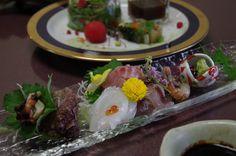 前菜のサラダグラスと、サザエ、ヤリイカ、イサキ、あご、白エビのお刺身。ワラビ醤油という粘土のある醤油で。(at Shizuka hanaogi)