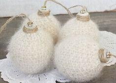 Пушистые новогодние шарики, связанные на спицах