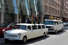 Die Party Kracher.... Deutsch-Deutsches Limousinen-Doppel auf fetter Party-Tour. Trabi-XXL und T3-Limo-Berlin. Die Spezialisten für originellen Limousinen-Spaß. #Trabi #VW #Limousine #T3 #Bulli #Stretchlimousine