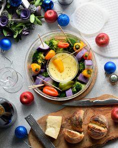 レンチン♥手間なし♥簡単♥カラフル温野菜とチーズフォンデュ by 青山清美(金魚) / ボダムの HOT POT を使えば、レンチンでこんな見栄えの良いパーティーサラダが10分以内に完成♪シリコン製の蓋は、そのまま鍋つかみにもなるし、サランラップを使わずエコ!シンプルな耐熱ガラスにコルクの鍋敷きがついているから、このままテーブルに出しても見栄えバッチリ☆今日の温野菜とチーズフォンデュHOTPOTの小さい方で作っちゃって真中にセットすれば、リースサラダみたいでしょ♪ / Nadia Tapas Recipes, Camembert Cheese, Breakfast, Food, Morning Coffee, Meals, Morning Breakfast