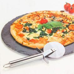 ¡Hoy te traemos la piedra de pizarra para pizza con cortapizzas Atopoir Noir! Se trata de una bandeja de pizarra (aprox. 30 cm de diámetro) con patas de caucho y un práctico cortapizzas (diámetro x largo aprox.: 6,4 x 19,5 cm). Disponde de patas antideslizantes de caucho.
