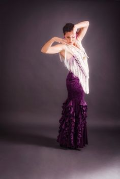 Falda de Flamenco fabricada en terciopelo gofrado.  De cintura alta que entalla a la perfección, para una buena sujeción y comodidad realzando  la figura femenina.  Con posibilidad de doblar para usar como si fuera una cintura de talle bajo.  Ajustada a la cadera, con 6 godets con volante. Dresses, Fashion, Vestidos, Brunette Models, Drop Waist, Racing Wheel, Velvet, High Waist, Flamingo