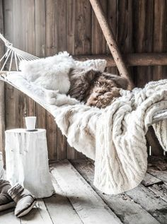 Sweet life in the Scandinavian interior cocoon, discover through pictures and tips how to get the trend Hygge home. Rustic Winter Decor, Rustic Chic Decor, Winter Balkon, Indoor Hammock, Hammocks, Fluffy Blankets, Chalet Style, Chic Chalet, Hygge Home