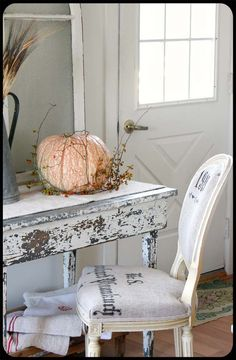 Sometimes the simplest of items add a sense of interior charm to a space. Grain sacks are one of those items, adding a vintage, shabby-chic flair to Shabby Chic Fall, Shabby Chic Cottage, Vintage Shabby Chic, Cottage Style, Cottage Farmhouse, Cottage Living, Country Living, Muebles Shabby Chic, Painted Cottage