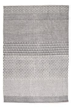 Håndvevd teppe med trykt mønster. Av 100% bomull. Vask 40°. Vaskes separat. Str 140x200 cm.<br><br>For økt sikkerhet og komfort, benytt en antiglimatte som holder teppet på plass. Antiglimatten finnes i flere ulike størrelser her på Ellos. <br><br>100% bomull<br>Vask 40°