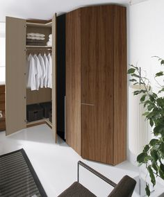 interior de #armariosliving #armarioderincon, acabado en #chapanatural de nogal y lacadonegro