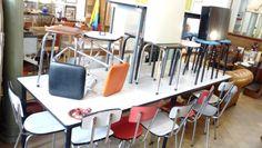 1950's tafel, stoelen en krukjes ....