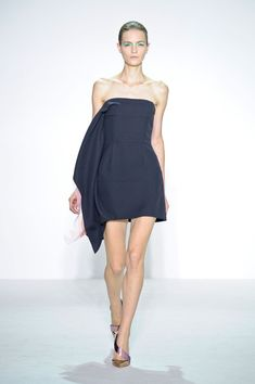 Christian Dior - vestido curto preto tomara que caia modelo assimétrico http://www.vestidosonline.com.br/modelos-de-vestidos/vestidos-da-moda